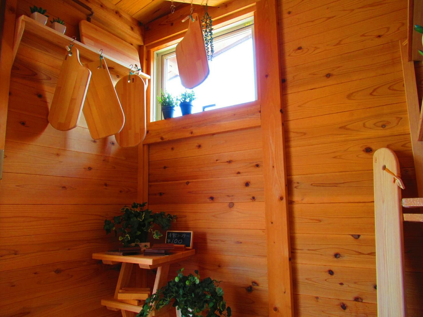 小屋の中には職人手づくりの木製雑貨。木の香りでいっぱい。