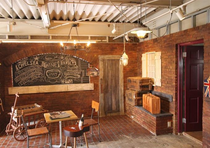 伝統的なレンガを基調とした壁面は全てデザインコンクリート。 カラーバリエーションを豊富に再現しているのが特徴。 木製のドアもコンクリート。 ドアノブには遊び心溢れる本物のギターのヘッドを使用。